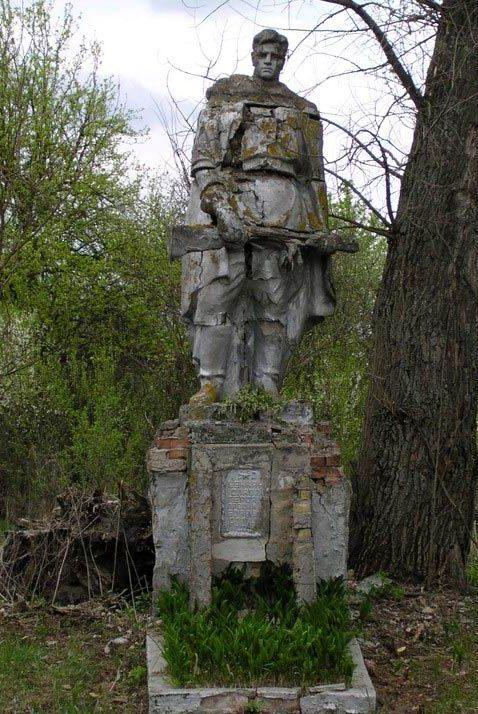 с. Толстый Лес, Чернобыльская зона отчуждения. Памятник воинам, погибшим в годы войны.