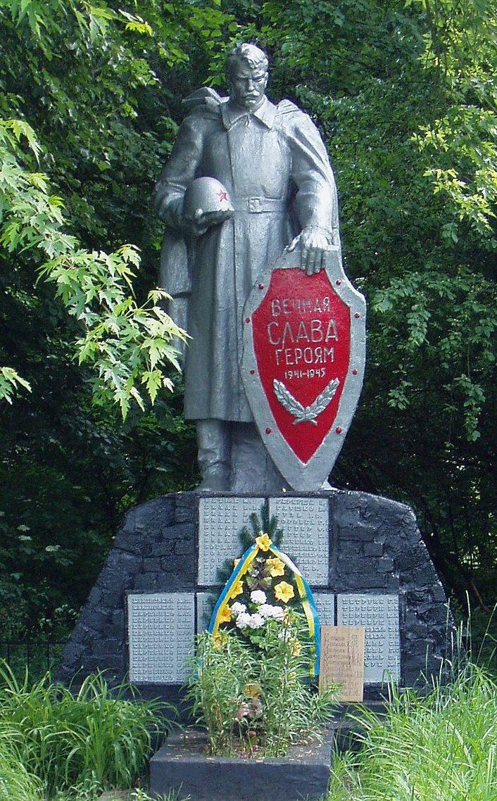 с. Малая Старица Бориспольского р-на. Памятник, установленный в 1957 году на братской могиле воинов, погибшим в годы войны.