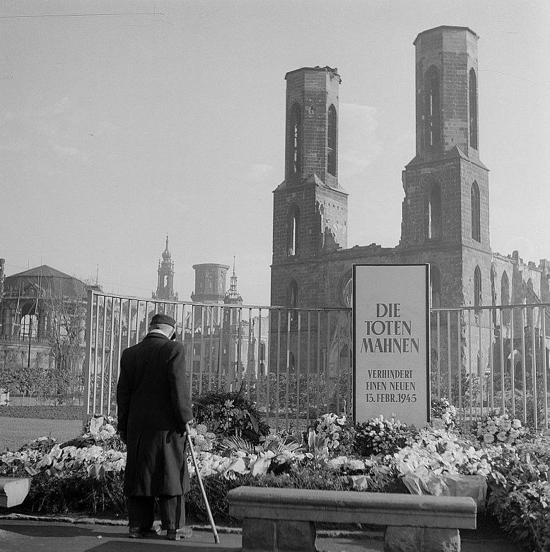 Венки у руин Софиенкирха. 13 февраля 1962 г.