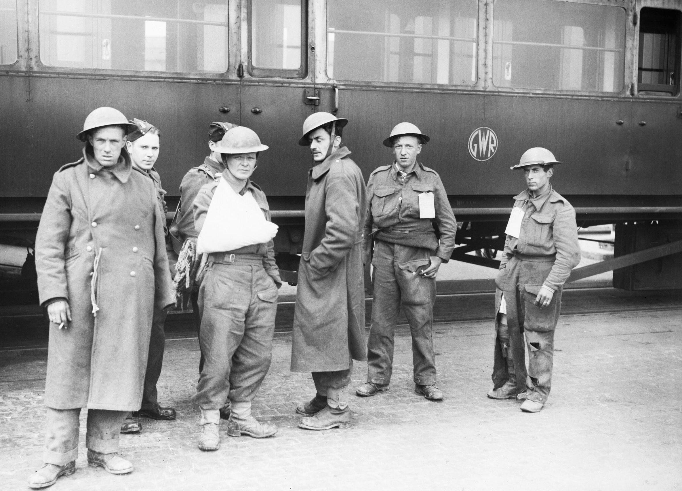 Группа «ходячих раненых» британских войск перед железнодорожным вагоном в Довере. 31 мая 1940 г.
