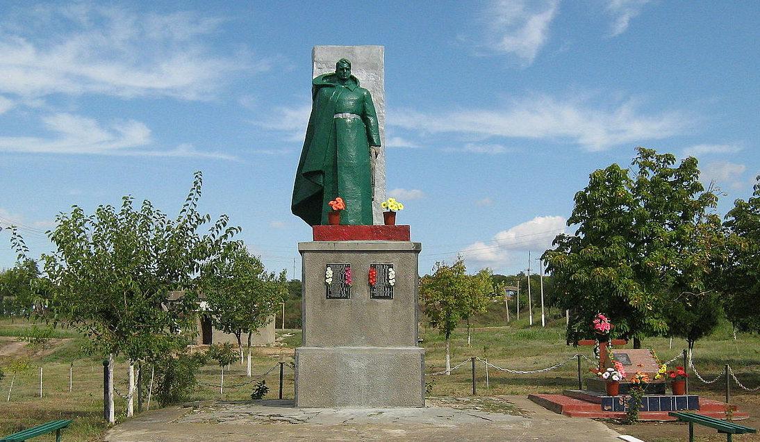 с. Долинское Ренийского р-на. Памятник 51 односельчанину, погибшему в годы войны.
