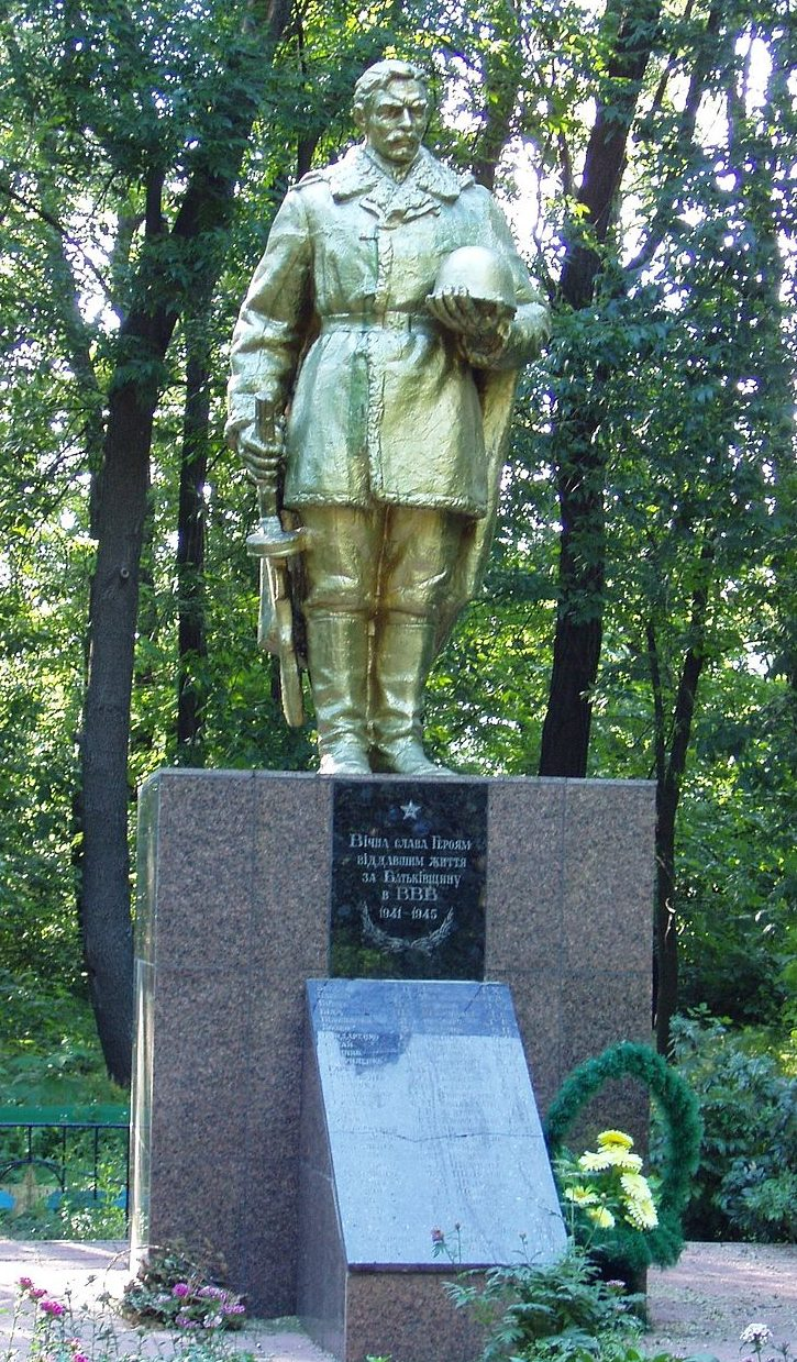 с. Мирное Бориспольского р-на. Памятник, установленный в 1956 году на братской могиле воинов, погибшим в годы войны.