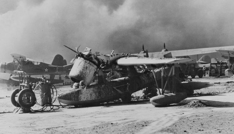 Разбитый гидросамолет на аэродроме. 7 декабря 1941 г.