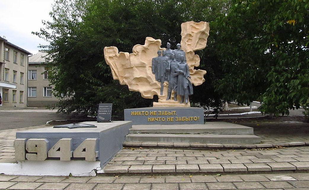 с. Котловина Ренийского р-на. Памятник советским парашютистам-десантникам, погибшим в 1944 году.