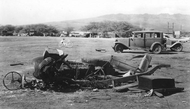 Взлетное поле после налета. 7 декабря 1941 г.