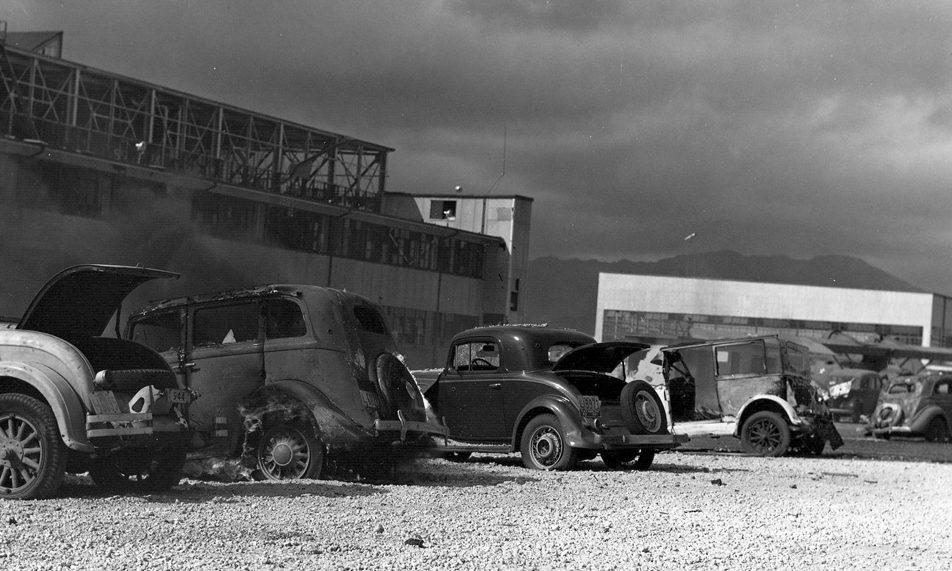 Автомобили, обстрелянные японскими самолетами на военно-морской станции Перл-Харбора. 7 декабря 1941 г.