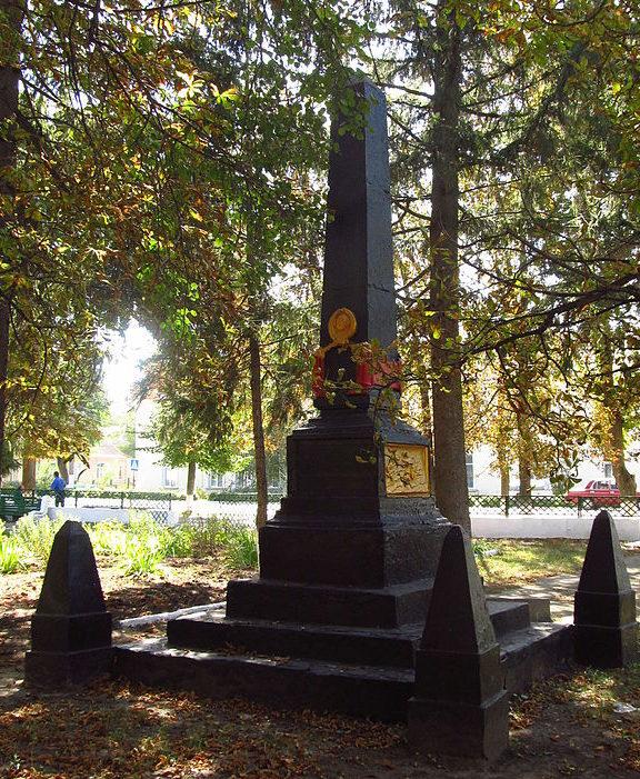 пгт. Саврань. Памятник возле Дворца культуры, установлен в 1955 году на братской могиле красноармейцев и партизан отряда «Буревестник», погибших в 1944 году.