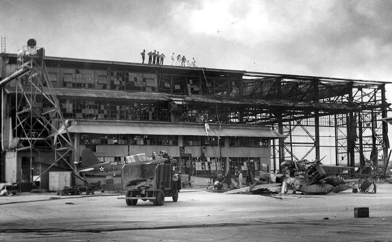 Аэродром на острове Форд после нападения Перл-Харбор. 7 декабря 1941 г.