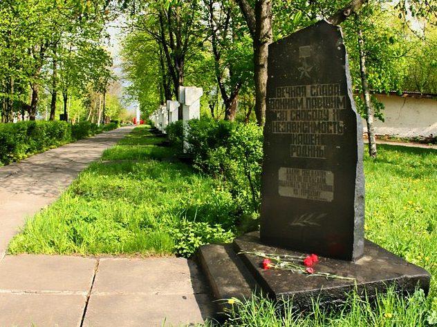 Памятный знак на Аллее Героев.