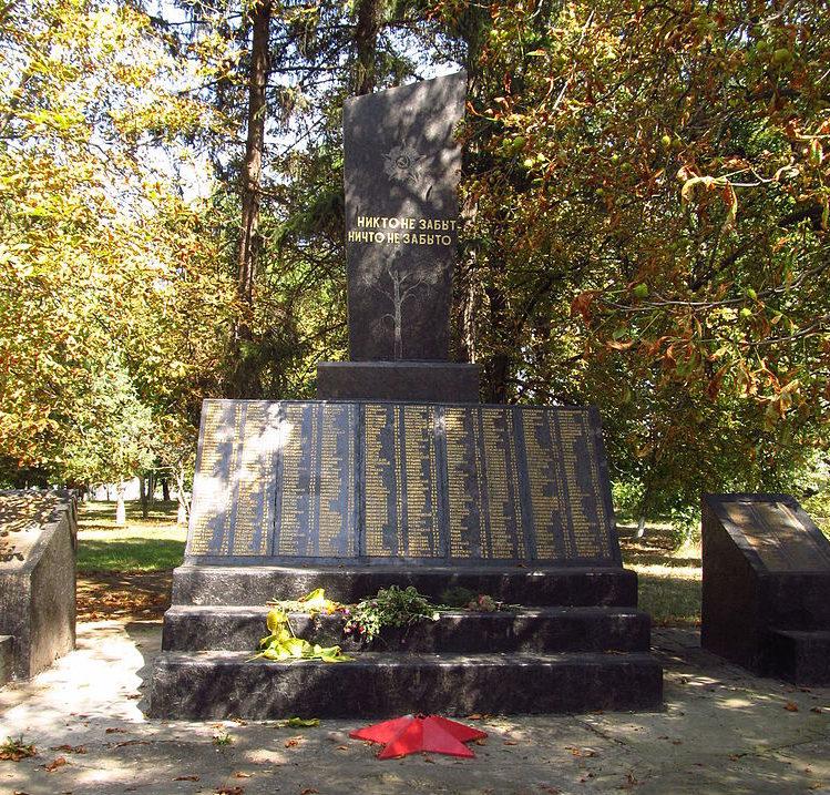 пгт. Саврань. Памятник, установленный в 1970 году 306 воинам-односельчанам, погибшим в годы войны.