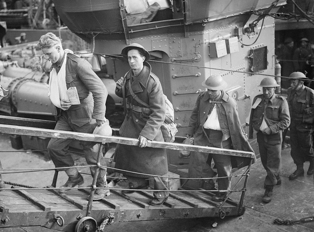 Раненые британские солдаты сходят на берег. Довер, 31 мая 1940 г.