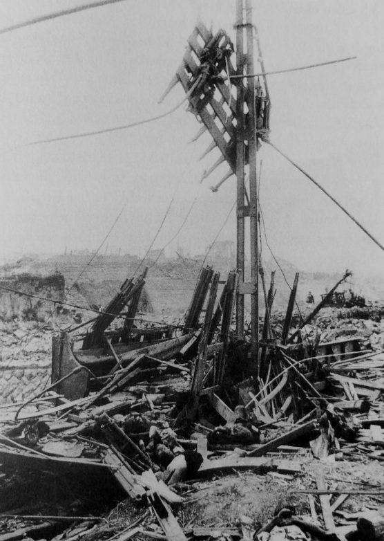 Тела пассажиров трамвая, погибших во время атомной бомбардировки Нагасаки. 10 августа 1945 г.
