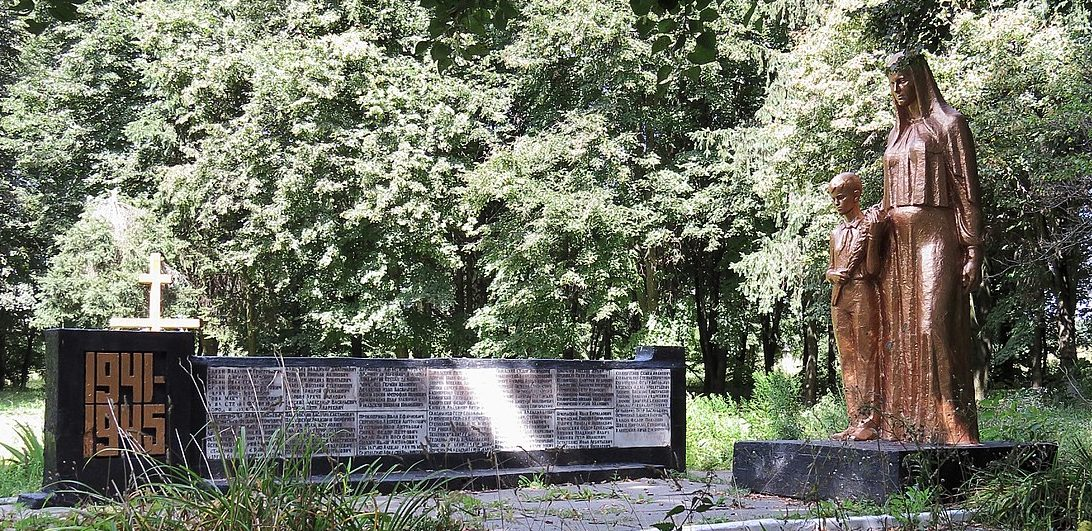 с. Волица Фастовского р-на. Памятник в центре села воинам-освободителям.