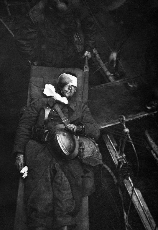 Носилки с тяжело раненным. Довер, 31 мая 1940 г.