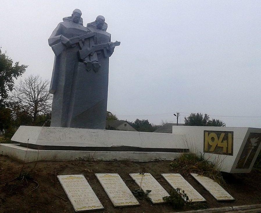 с. Николаевка-Новоросийская Саратского р-на. Памятник землякам, погибшим в годы войны.
