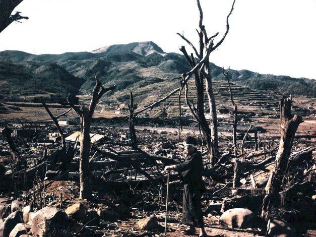 Японский доктор Нагаи осматривает руины Нагасаки. 11 сентября 1945 г.