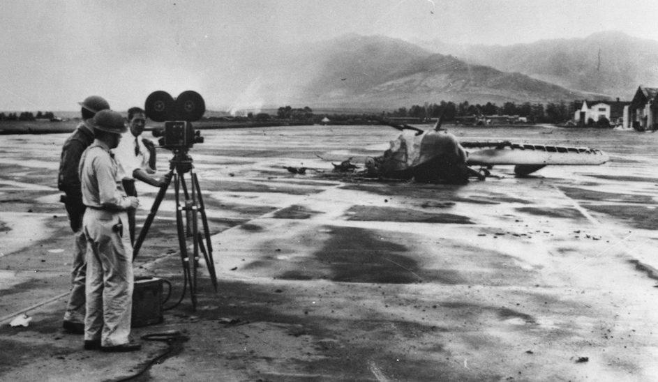 Съемки разбитого американского самолета на аэродроме после нападения на Перл-Харбор. 10 декабря 1941 г.