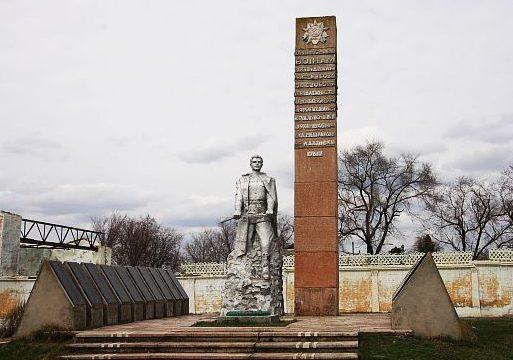 с. Плахтеевка Саратского р-на. Памятник, установленный в 1967 году 476 воинам-односельчанам, погибшим в годы войны.
