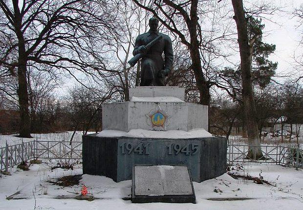 пгт. Кожанка Фастовского р-на. Памятник воинам-освободителям на территории сахарного завода.