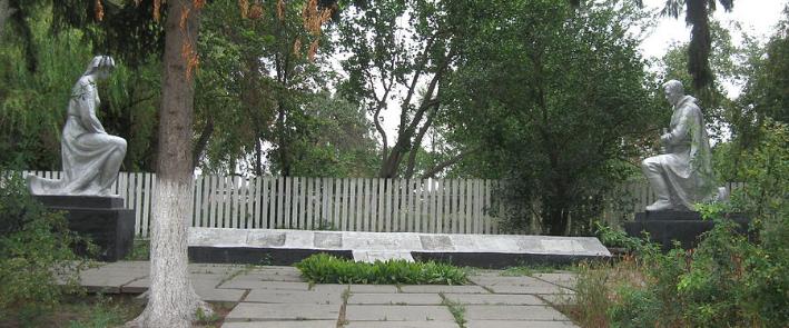 пгт. Кожанка Фастовского р-на. Памятник возле школы, установленный в честь воинов-освободителей.