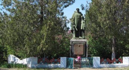 с. Успеновка Саратского р-на. Памятник воинам, погибшим в годы войны.