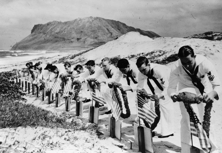 Матросы на могилах американских воинов. Декабрь, 1941 г.