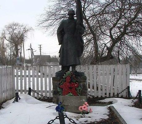 пгт. Кожанка Фастовского р-на. Памятник в центре села воинам-односельчанам, погибшим в годы войны.