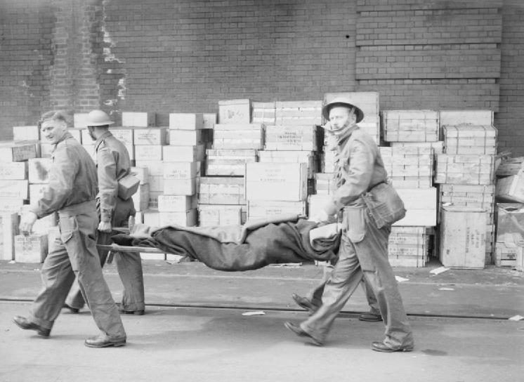 Раненые солдаты на носилках. Довер, 31 мая 1940 г.