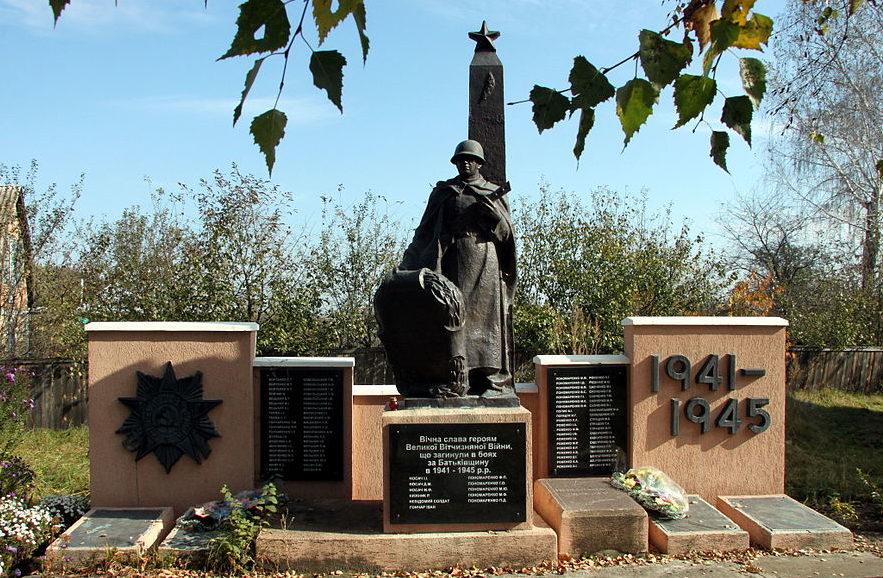 с. Кощиевка Фастовского р-на. Памятник в центре села воинам-освободителям и воинам-односельчанам, погибшим в годы войны.