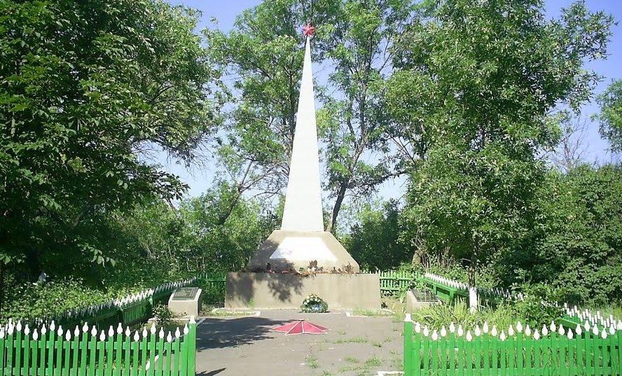 с. Богдановка Тарутинского р-на. Памятник односельчанам, погибшим в годы войны.