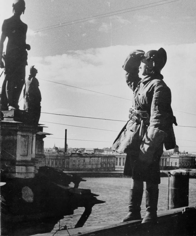 Пожарный пост местной противовоздушной обороны на крыше Эрмитажа. Июнь 1943 г.