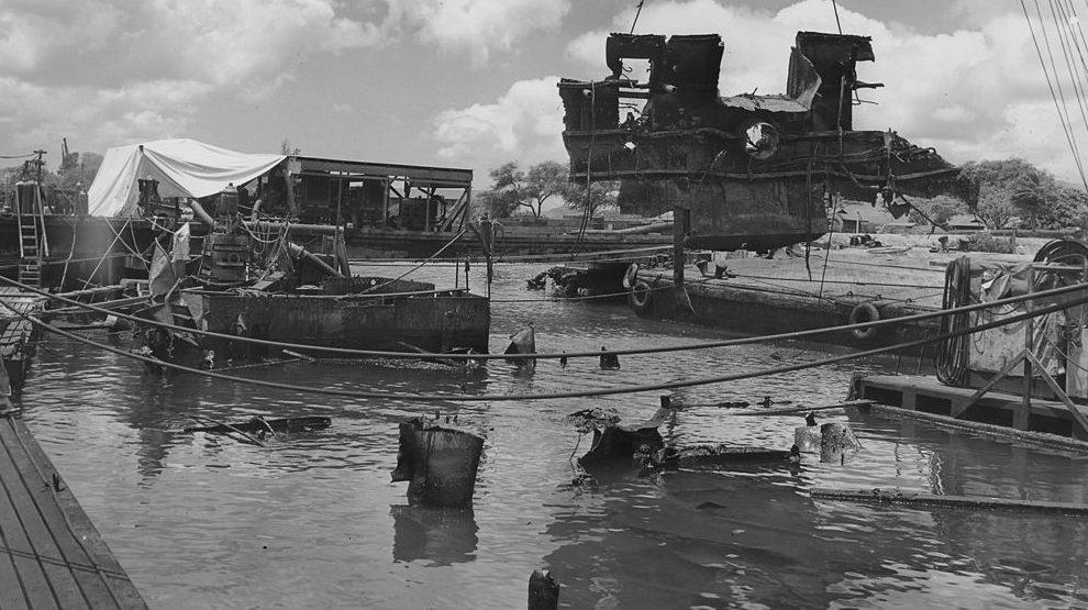 Подъем обломков линкора «Аризона». 19 апреля 1943 г.