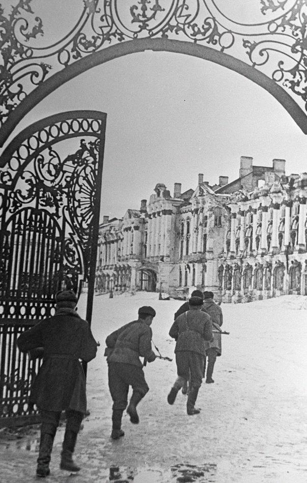 Бойцы Советской Армии ведут бои в городе Пушкине. 2 января, 1944 г.