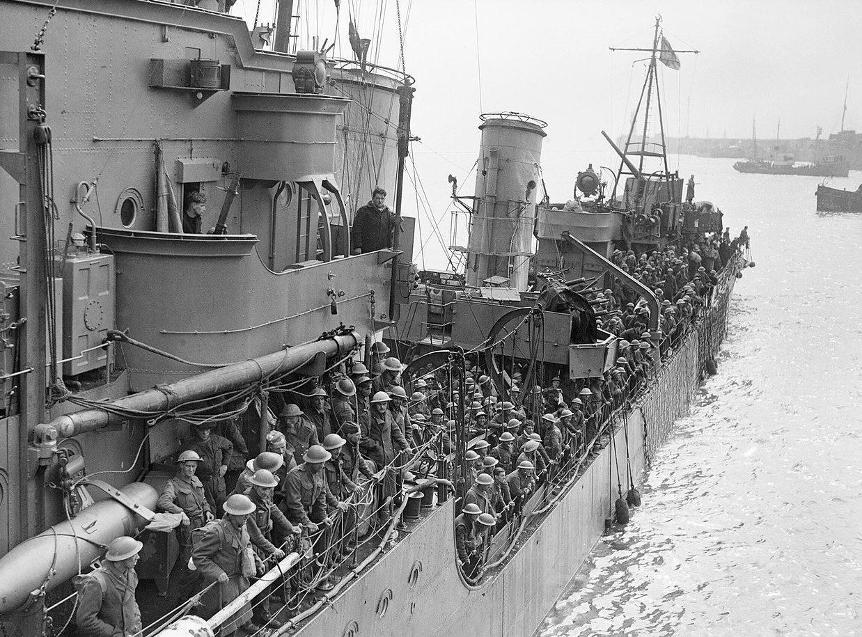 Эсминец с войсками, эвакуированными из Дюнкерка около причала. Довер, 31 мая 1940 г.