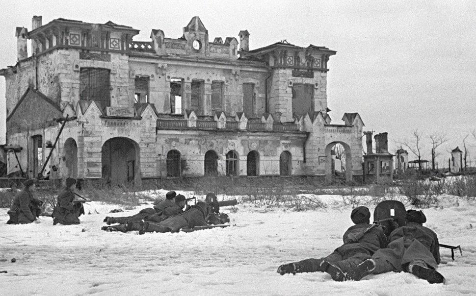 Советские бойцы ведут бой. Детское Село под Ленинградом. 21 января, 1944 г.