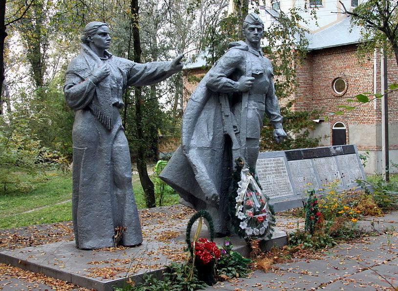 с. Мотовиловская Слободка Фастовского р-на. Памятник в центре села воинам-освободителям и односельчанам, погибшим в годы войны.