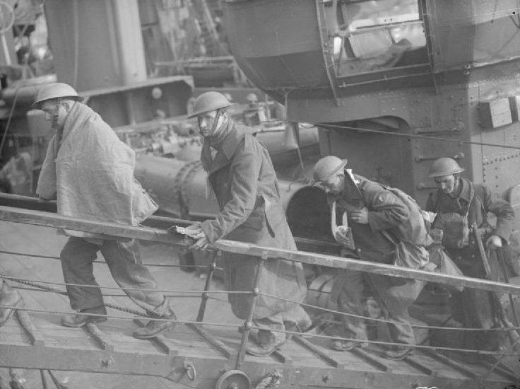 Британские солдаты проходят по трапу. Дувр, 31 мая 1940 г.