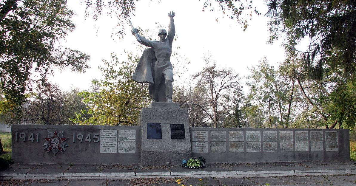 с. Оленевка Фастовского р-на. Памятник в центре села воинам-освободителям и односельчанам.