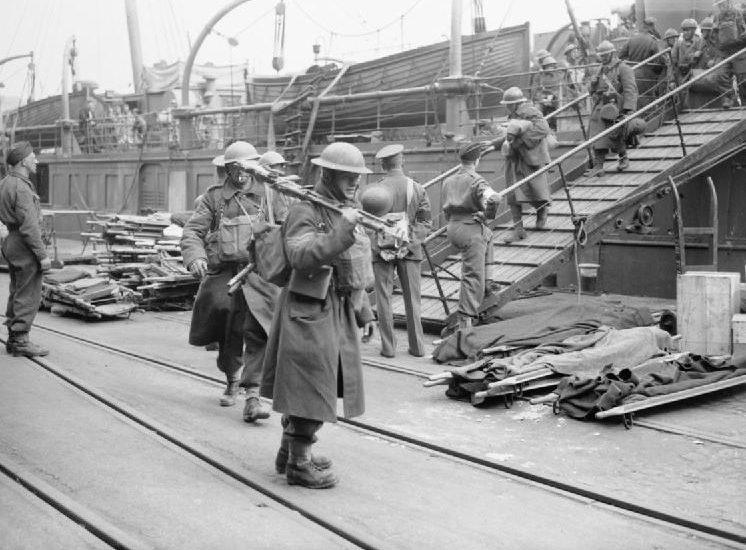 Эвакуированные солдаты, высаживаются с торгового судна. Дувр, 31 мая 1940 г.