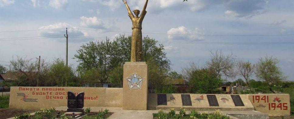 с. Красное Тарутинского р-на. Памятник погибшим воинам.