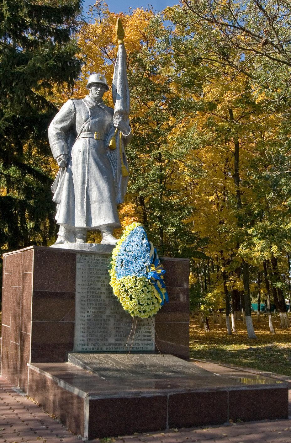 с. Паляниченцы Фастовского р-на. Памятник воинам, погибшим в годы войны.