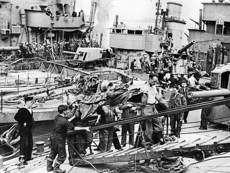Раненных спускают с корабля. 31 мая 1940 г.