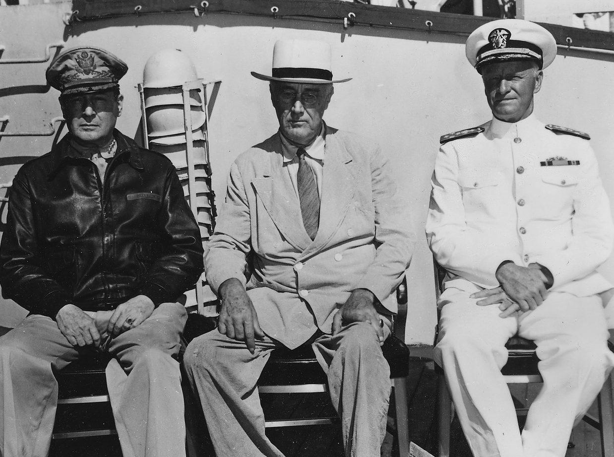 Франклин Д. Рузвельт, генерал Макартур и адмирал Нимиц в Перл-Харборе. 26 июля 1944 г.