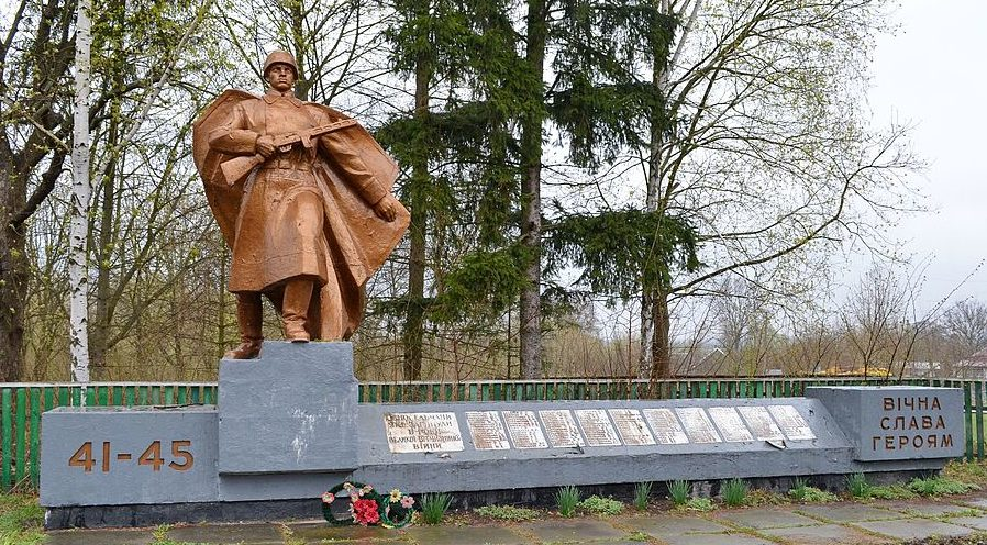 с. Пивни Фастовского р-на. Памятник воинам-односельчанам, погибшим в годы войны.