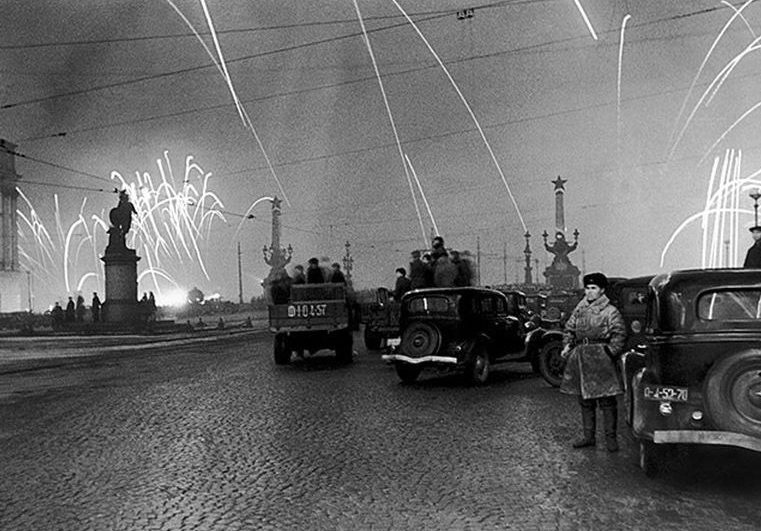 Ликующий Ленинград. Блокада снята. 1944 г.