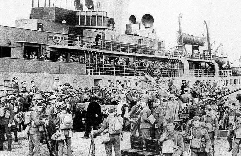 Разгрузка эвакуированных в порту. 3 июня 1940 г.