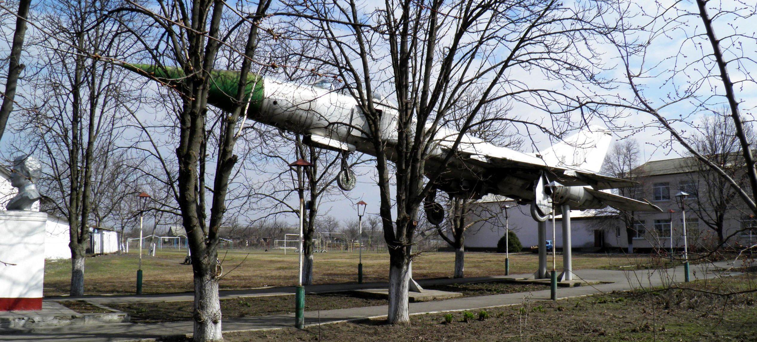 Самолет-памятник.