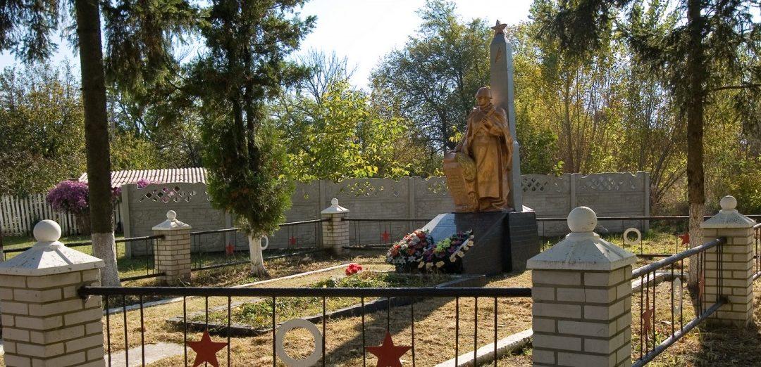 с. Пилиповка Фастовского р-на. Памятник на братской могиле павшим воинам.