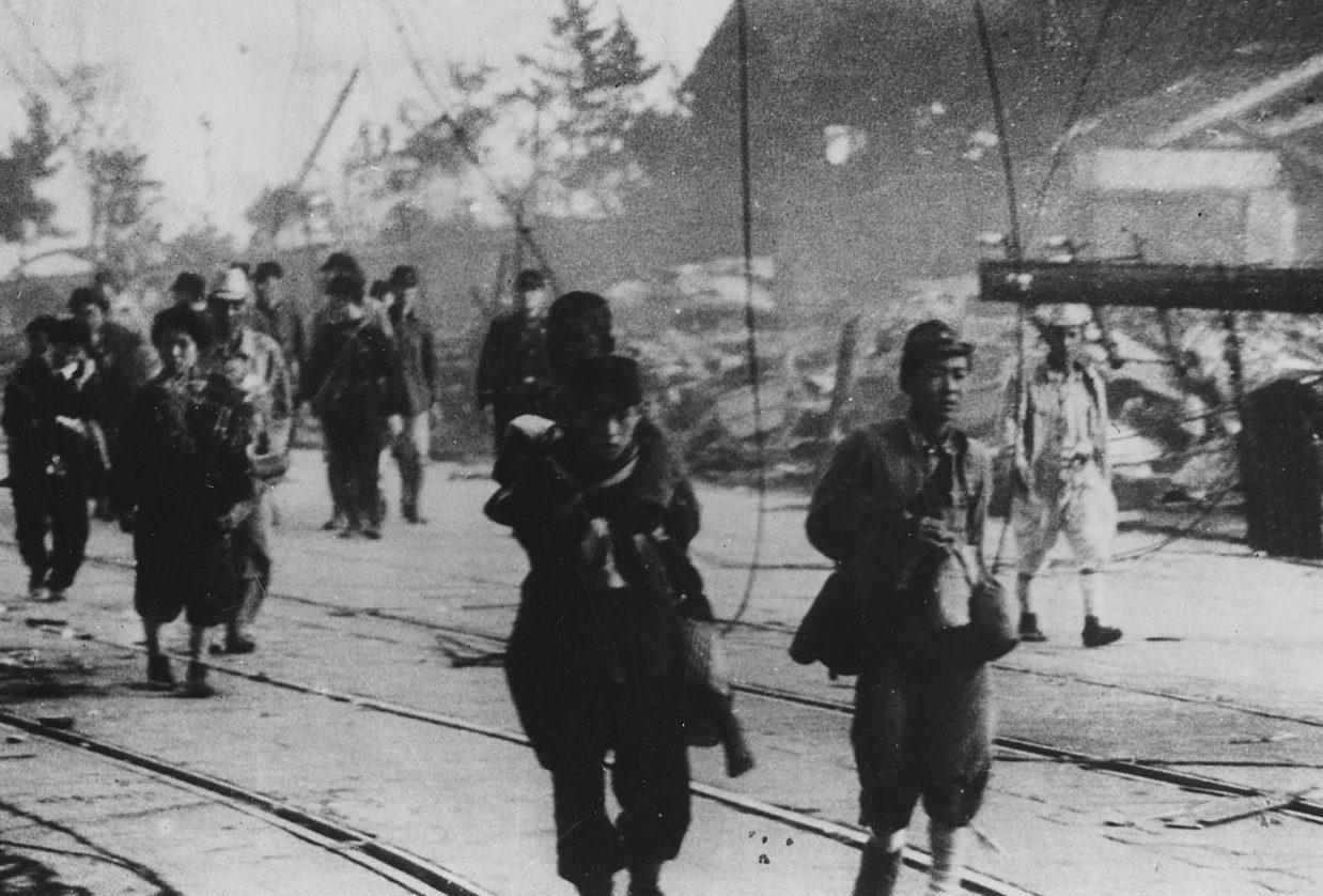 Выжившие после бомбардировки. 10 августа 1945 г.