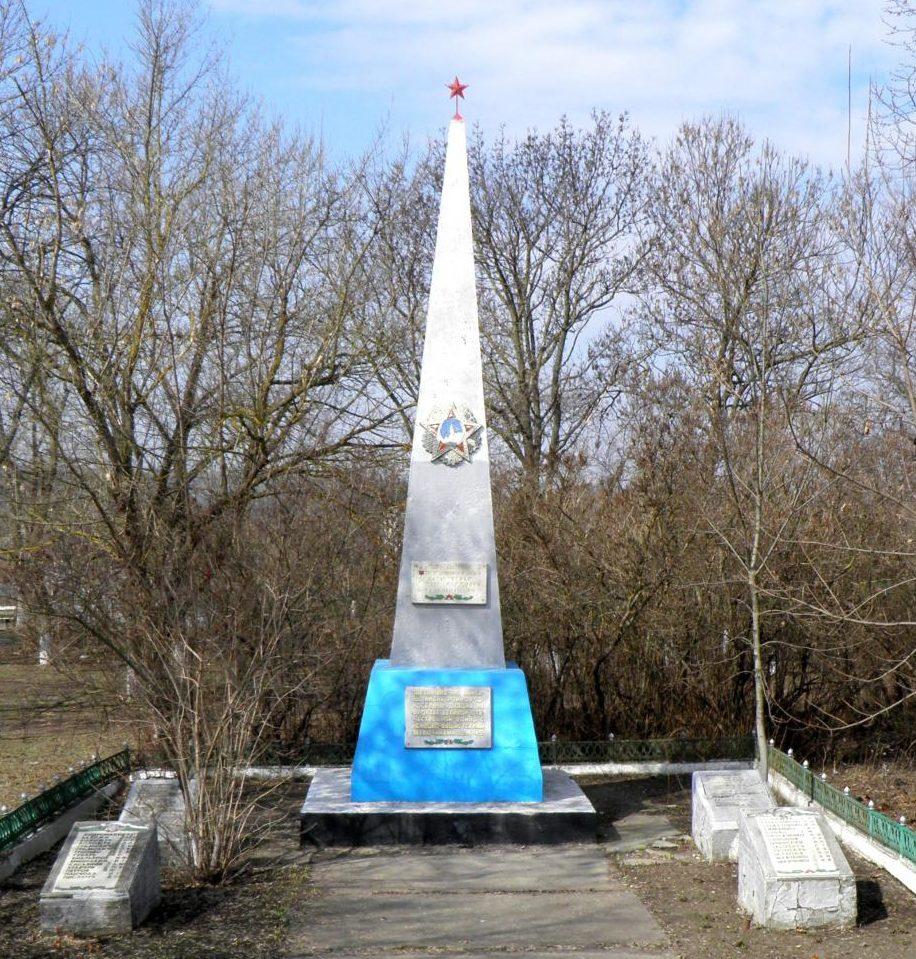 с. Лесное Тарутинского р-на. Памятник, установленный на братской могиле, в которой похоронено 24 воина, погибшие в 1944г.